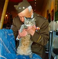 cubbypikeplaceveterans_day_hug