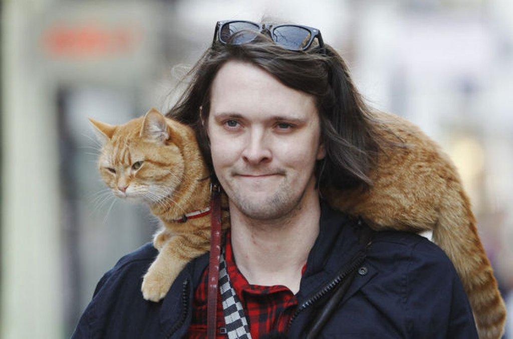 street-musician-james-bowen-walks-with-cat-bob-in-covent-garden-in-london_923807